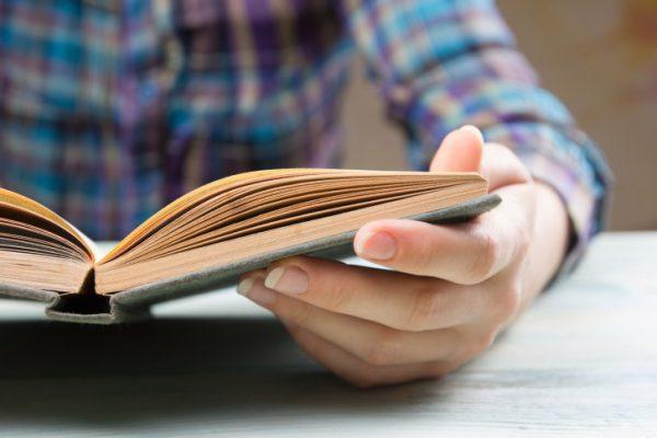 Bagaimana Cara Meresensi Buku dengan Baik dan Benar? Cek yuk!